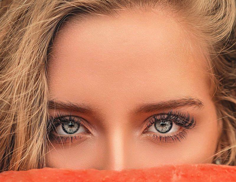 Privirile seducatoare se obtin cu ajutorul unei perechi de gene false potrivite!